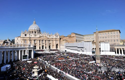 la-thousands-jam-st-peters-for-popes-last-gene-001